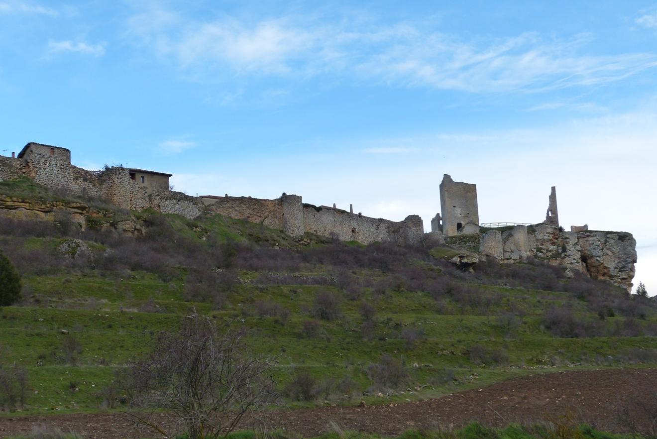 Vistas desde el valle del cerro de Catalañazor, se aprecian las murallas
